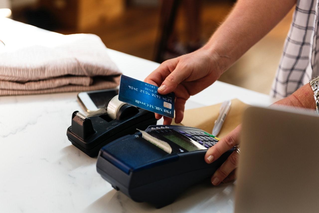 K&H: Ennyit költenek a bankkártyások