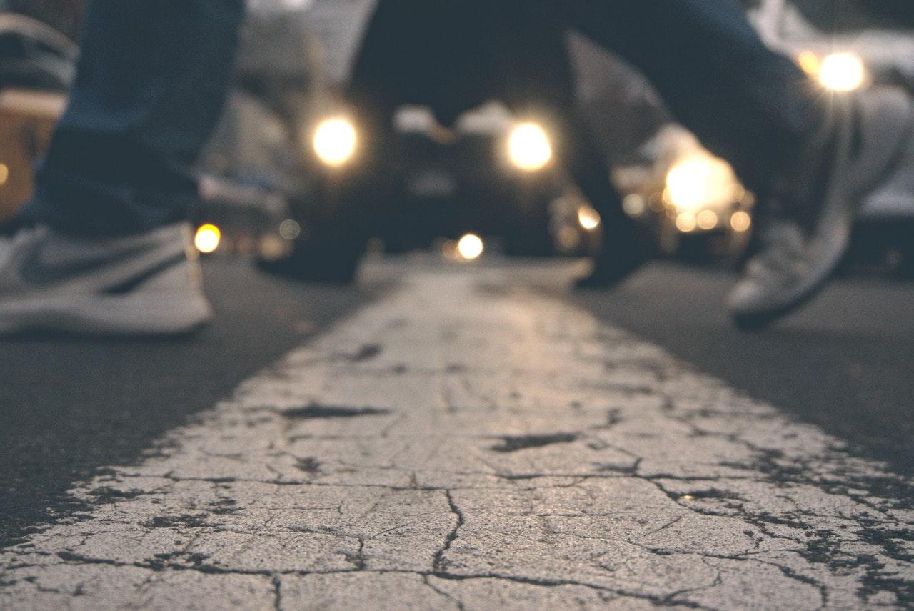 Áthajtottak az úton fekvő gyalogoson. Ki a felelős?