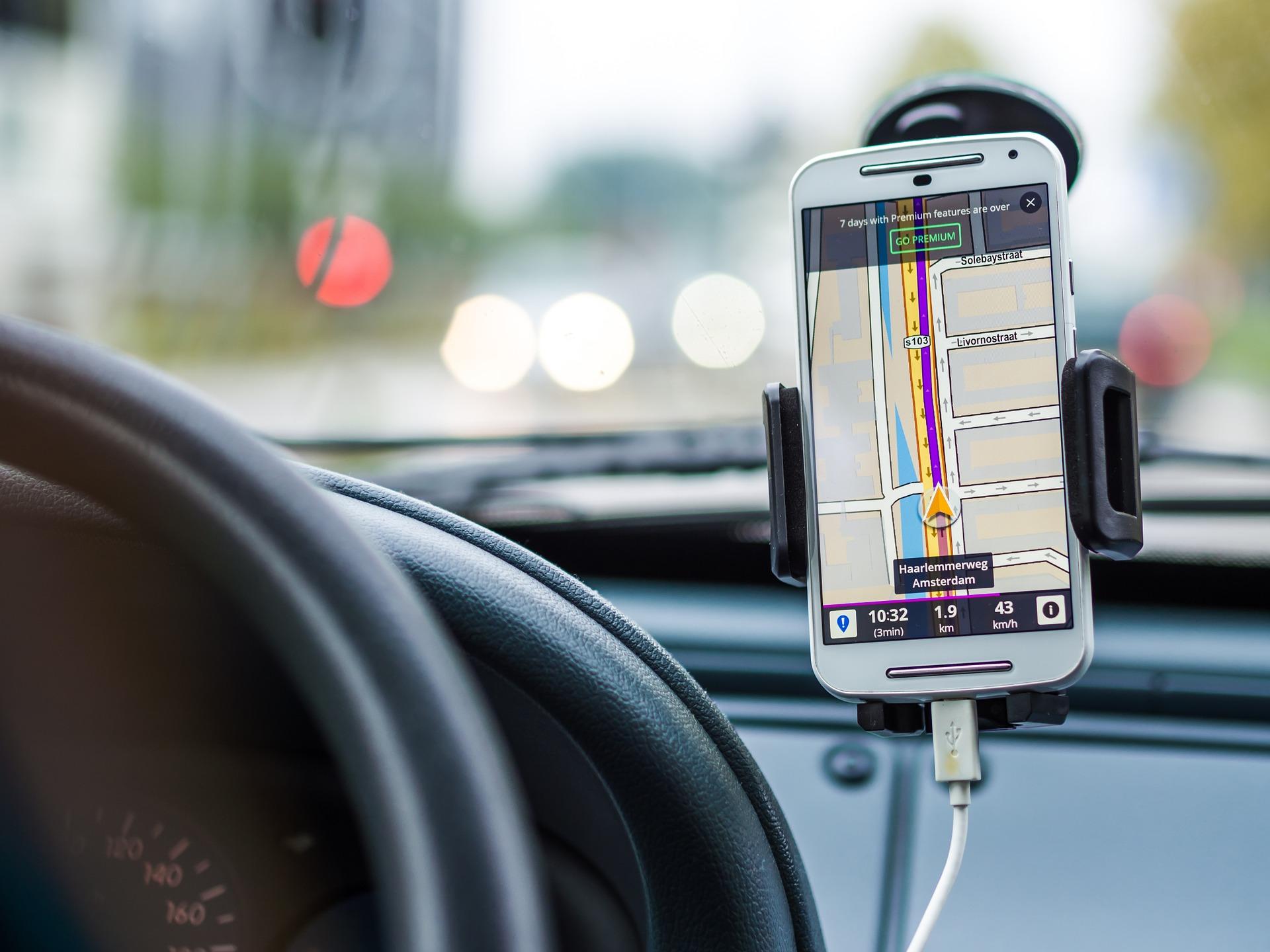 Sokan betiltanák a vezetés közbeni mobilozást