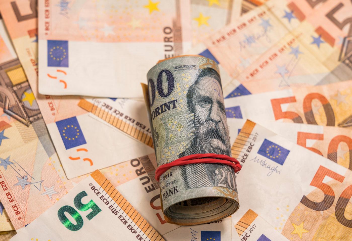 Gyengült hétfőre a forint