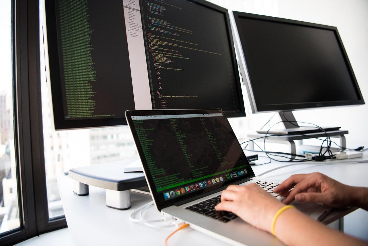 Felmérés: nem sietnének a magyarok a mesterségesintelligencia bevezetéssel