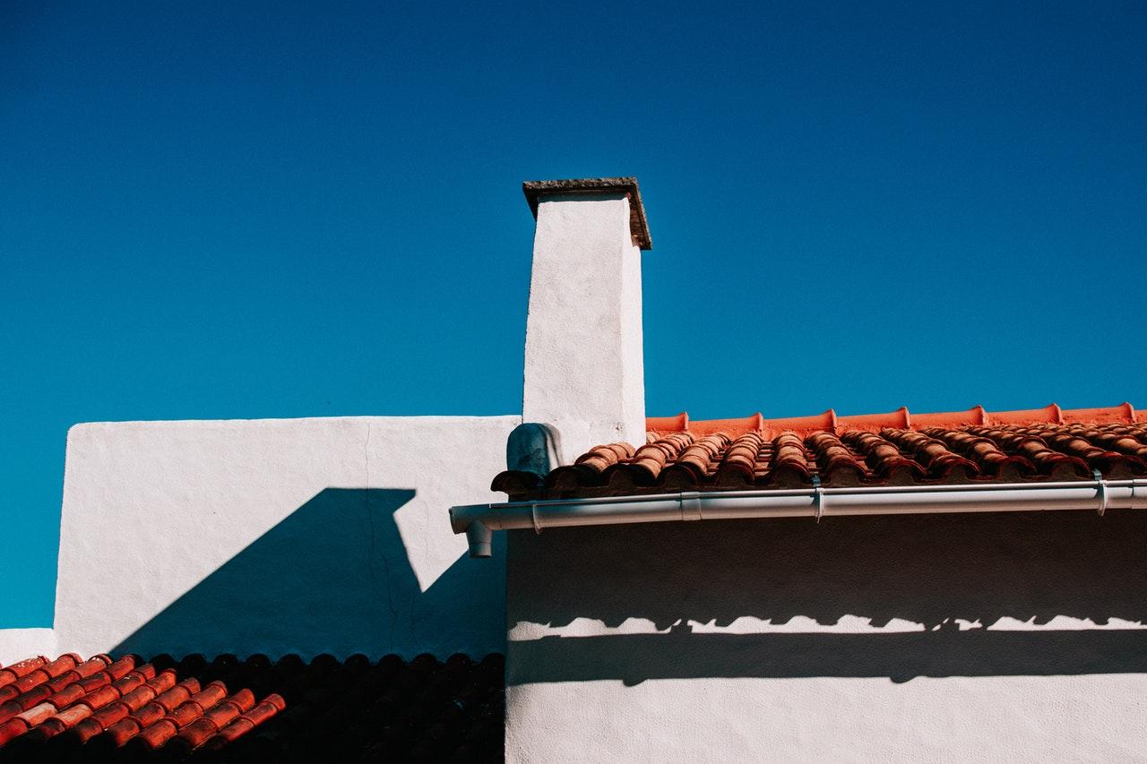 Tuti fizet a biztosító, mint a katonatiszt: ezt tedd, ha levitte a tetőt a szél