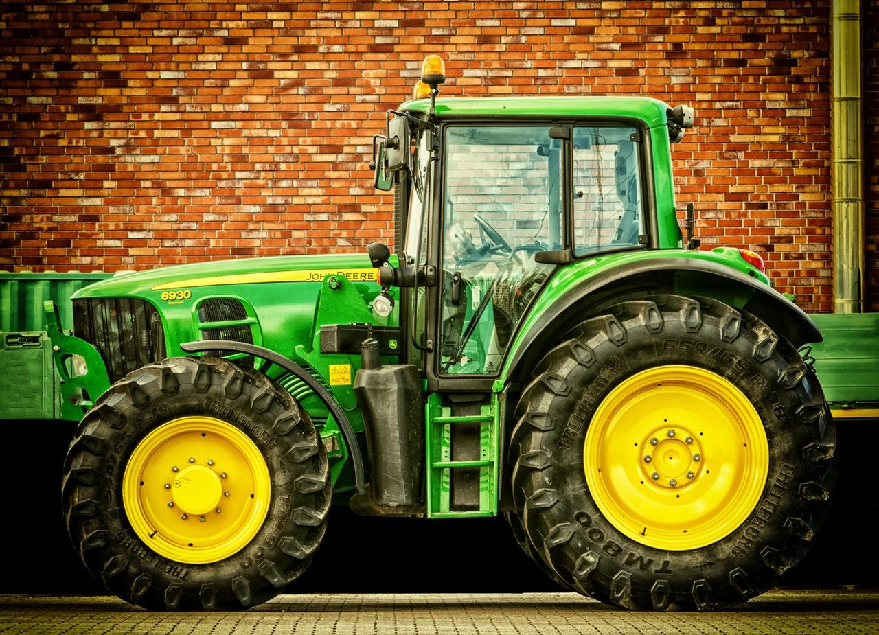 Frontkasza és jobbkéz-szabály? Kamera segíti a traktorost a kereszteződésben